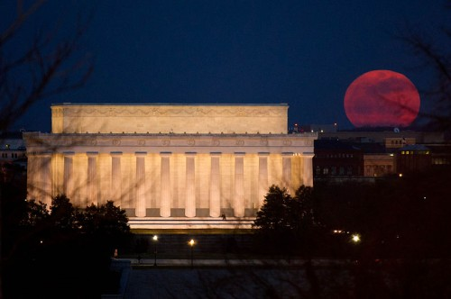Perigee Moon 19 March 2011 Lincoln Memorial e1300766523402 The Super Moon   Spectacle or Spectre?